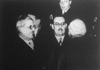 Schuschnig az év elején Londonban tárgyalt, a pályaudvaron John Simon angol külügyminiszter (háttal álló alak) fogadta.