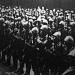 Acélsisakos olasz katonák Saarbrücken főterén