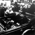 Sir John Simon megértkezik Berlinbe. Az autóban mellette Neurath német külügyminiszter ül