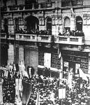 Monarchista tüntetés Athénban. Kondylisz régens tart beszédet a királyról