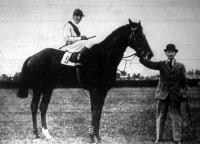A Magyar Derby győztese - Horthy Jenő Duce nevű lova Csaplárral a nyergében