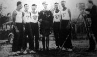 A győztes német csapatot filmezik - Balról jobbra: Handrick, Cramer, Rullmann, Heigl, Lump, Hick