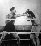 Schmeling heves támadását Paolino arca elé tett karral védi