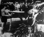 Darányi József dr. a kegyeleti staféta győztes tagja, elsőnek koszorúzta meg a Hősök Emlékművét