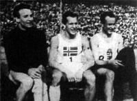 A 400 m-es gátfutás első három helyezettje a verseny után. Kovács (1.), Albrechtsen (2.) és Héjjas (3.)