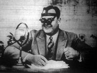 A rádiós távszemüveg sportriporterek számára. A pálya minden részét jól látja a szpiker a speciális lencse rendszeresen s így messziről is hű tudósítást adhat a mikrofónba.