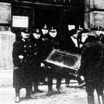 A rablás színhelyéről elszállítják a két halálos áldozat holttestét