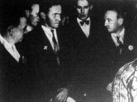 Richard Hauptmann, a Lindbergh bébi állítólagos gyilkosa detektívek között