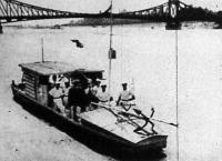A Diplomások Önsegélyező Szövetkezetének tagjai maguk készítette hajón járják a dunamenti városokat, hogy munkaalkalmat keressenek.