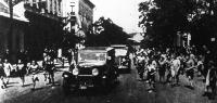 Romanelli látogatást tett a budapesti Romanelli-utcában: a környék gyerekei kísérik a Romanelli-utcában az ezredes gépkocsiját.