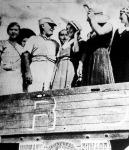 Mussolini a cséplőgép tetején.