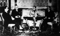 Külügyminiszterek bécsi értekezlete a kancellári palotában. Középen gróf Ciano, jobbra Schuschnigg kancellár, balra Kánya Kálmán és Schmidt Guido.