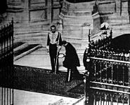 VIII. Edward, amikor először lépte át a parlament küszöbét, mélyan meghajolva, fajadonfőtt megy be az ülésterembe