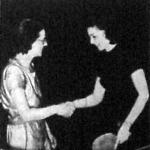 Az angol Mine kisasszony (baloldalon) gratulál legyőzőjének Ferenczy Idának