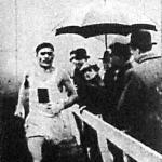 A mezei futóverseny győztese, Kelen (BBTE) halad a cél felé az esőben