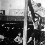 Egy magyar labda a kapu fölé száll. A képen Toldi, Munkert és Sonnrein