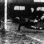 A harmadik magyar gól. Kállay lövése a vetődő Havlicek feje mellett a hálóba repül