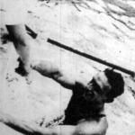Csík Ferencet kiemelik a vízből a győzelme után
