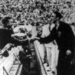 Csík Ferenc kezében a babérkoszorúval fogadja a gratulációkat. Mellette Bárány István halad