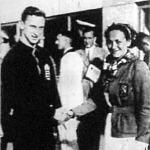 A férfi és női 100 méteres gyorsúszás olimpiai bajnoka Csík Ferenc és Mattenbrock kisasszony gratulál egymásnak