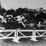A 80 méteres gátfutás. Jobbszélen Vértessy Kató a győztes, balszélen Kolos Margit második és Barcza Erzsébet harmadik helyezett