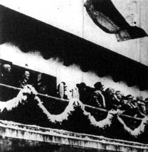 Hitler kancellár (x) a díszpáholyban nézi a megnyitó ünnepséget