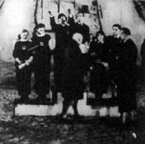 A Rotter-Szollás-pár a dobogó harmadik fokán. Első (középen karlendítéssel) Maxi Herber és Baier, a második (balra) a bécsi Pausin-testvérek