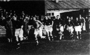 A magyar csapat a pályára lép Cseh II., Szabó, Kállay, Lázár, Sas, Bíró, , Titkos, Vincze és Szűcs