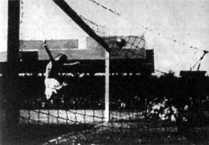 Az írek első gólja a magasba ugró Szabó felett hálóba repül