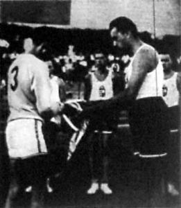 A japán-magyar kosárlabda mérkőzés előtt a két csapatkapitány zászlót cserél