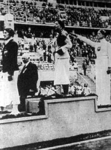 Elek Ilona a dobogó tetején, mögötte a német Helen Mayer (második), előtte az osztrák Ellen Preiss (harmadik)