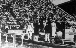 A 4x200-as gyorsúszóstaféta győzteseinek megkoszorúzása. Első a japán csapat, második az amerikai váltó, a harmadik helyen a magyar váltó végzett (Lengyel, Abay-Nemes, Gróf és Csík)