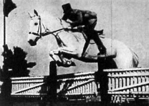Plathy József százados Gömbös Gyula lován, a Sellőn a nehéz vadászugratás harmadik helyét szerezte meg