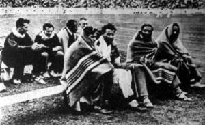 A világ legjobb futói a 100 m-es elődöntő előtt. Első sor Ypkoff, Hanni, Metcalfe és Owens, mögöttük Kovács, Sir, Borchmayer és egy kisérő