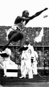 Jesse Owens a távolugrás olimpiai bajnoka