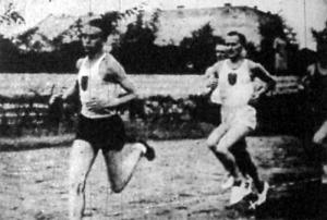 Szabó (x) a 3000 m-es síkfutásban új országos rekorddal győzött. Előtte Vörös halad, mögötte Simon a második helyezett.