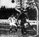 Ujvári a Hungária kapusa kiöklöz egy labdát. Sötét mezben a franciák, csíkosban mezben Sebes látható