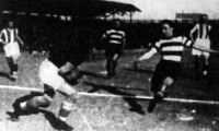Hóri az Újpest kapusa védi Kemény közeli lövését a vasárnapi Újpest-Ferencváros (4-1) mérkőzésen
