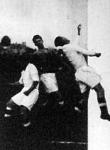 Kardos (sötét mezben) két Admira védő között kapura fejel. Admira-Hungária 4-2