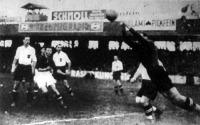 Forró pillanat az osztrák kapu előtt. Havlicek osztrák kapus kiöklözi a labdát. Szemben Schmaus, Kállay és Smistik