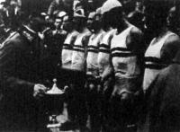 Vitéz Jány Gusztáv tábornok, a Ludovika Akadémia parancsnoka átadja az evezősverseny díjait