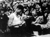 Várszegi rekordja után autogrammot osztogat