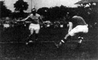 A második olasz gól. Meazza a kifutó kapus mellett a hálóba továbbítja a labdát