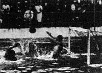 Henrich német kapus kivéd egy nehéz labdát