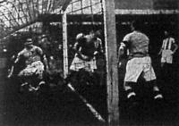 Az újpesti kapust Stancsik belöki a kapuba, közben a labda bepattan a kapuba, de a bíró érvényteleníti