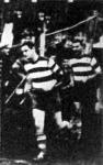 Sárosi (jobb oldalon) hosszú idő után először fut ki a pályára. Előtte Toldi.