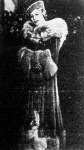 Honthy Hanna szenzációs lila kabátja a Pármai ibolyában kék rókaprémmel