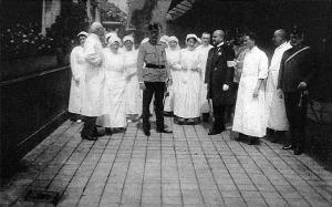Ferenc Salvator főherceg látogatása a Légrády Testvérek hadikórházában, ahol dr. Légrády Imréné és dr. Légrády Ottó fogadták és kalauzolták a fenséges vendégeket