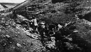 Csuez asszonyok a katonákra mosnak