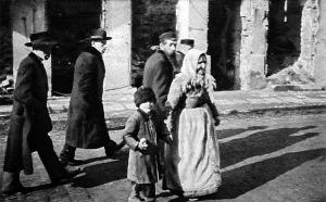 Visszatérő zsidók a romok között